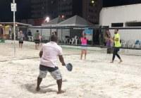 Binho pratica beach tennis e conhece essa nova modalidade esportiva