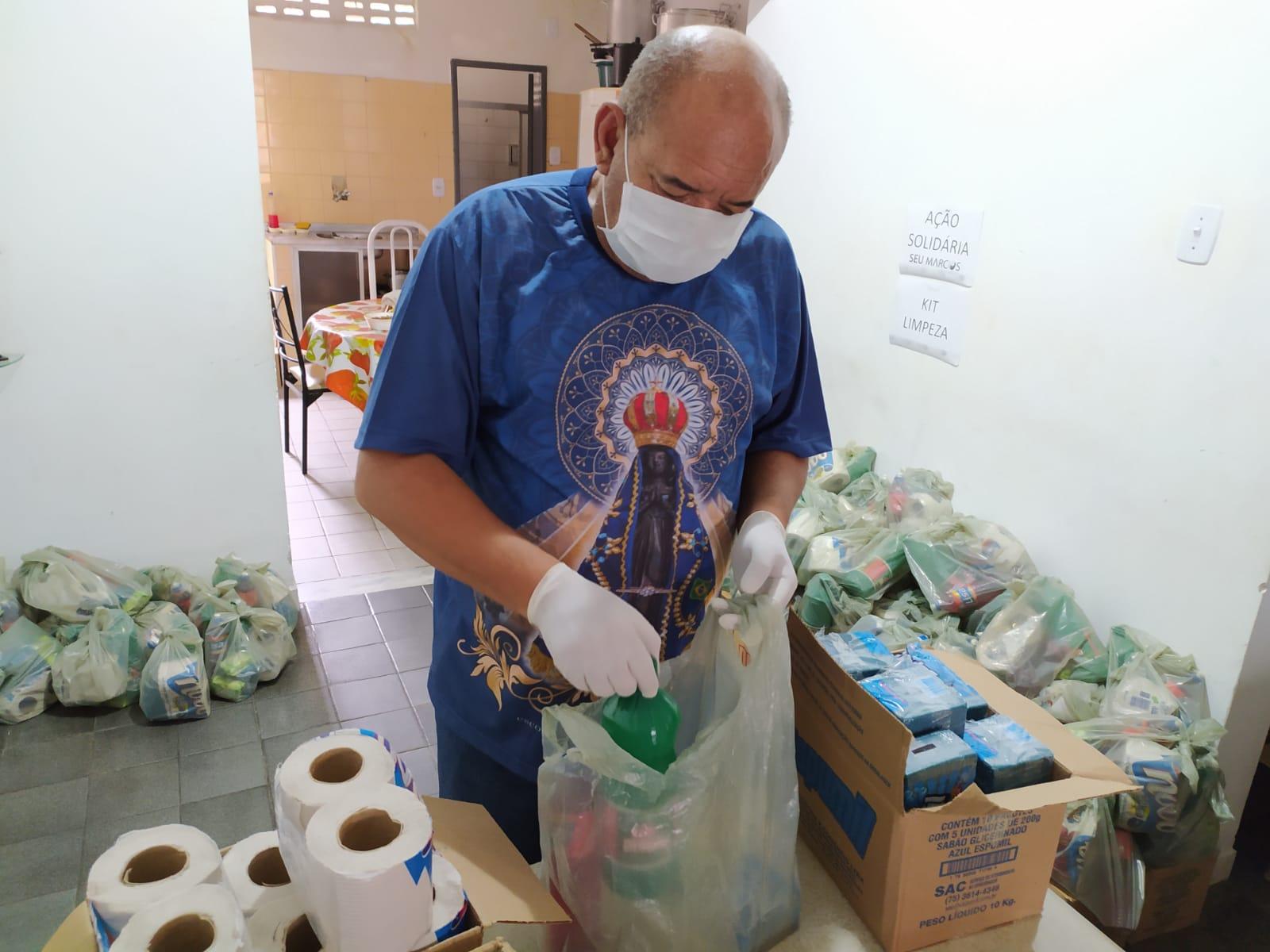 Coronavírus: Seu Marcos prepara kits de produtos de limpeza para famílias carentes da zona norte