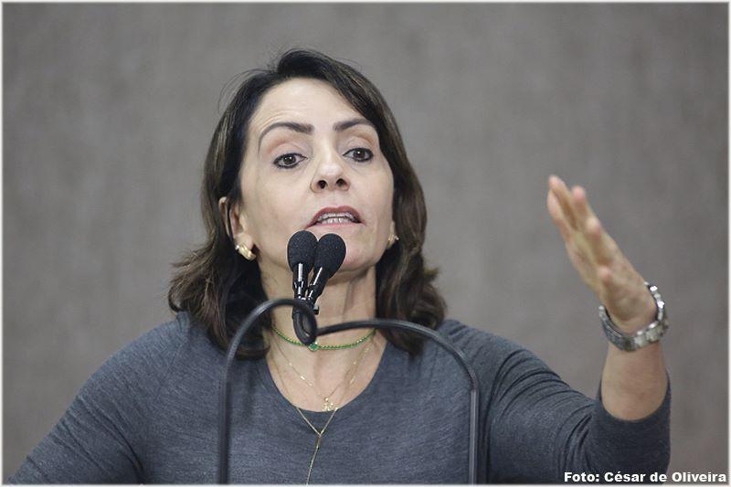 Emília cobra reforma de praça bem no coração de Aracaju
