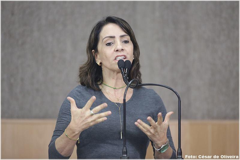 Emília Corrêa dispara: política não é profissão! Ou é?