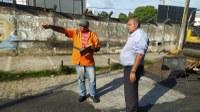 Seu Marcos acompanha recapeamento em ruas do 18 do Forte