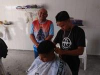 Seu Marcos participa de Mutirão Solidário da Barbearia Reis no Bugio